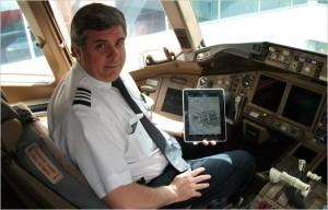 commandant de bord d'un avion avec une tablette